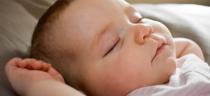 7 סימנים לכך שהיגיע הזמן ללמד את התינוק שלכם להירדם לבד.