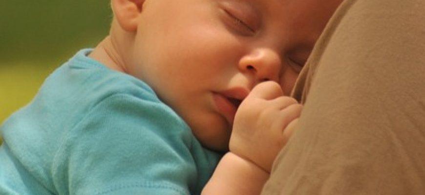איך להקל על בעיות שינה אצל תינוקות עם רפלוקס