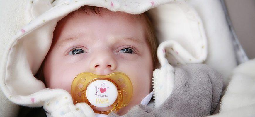 איך ללמד את התינוק לקחת מוצץ לבד